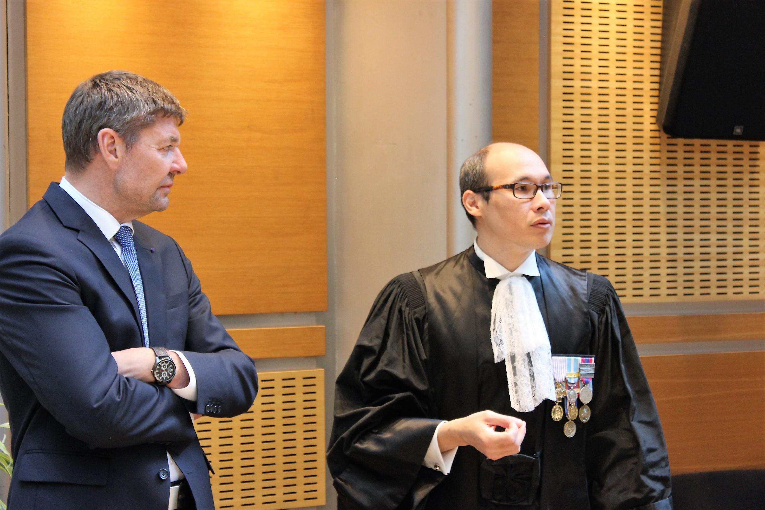 Sébastien Lepers et Joël Viratelle dans la salle de conférence de la Cour des comptes à Paris ©Outremers360