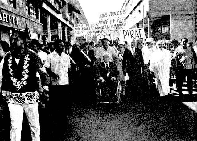 A son retour d'exil, et malgré la fatigue, Pouvanaa a Oopa continue à se battre pour son peuple. Ici, au centre, lors d'une manifestation anti-nucléaire ©Moruroa e Tatou