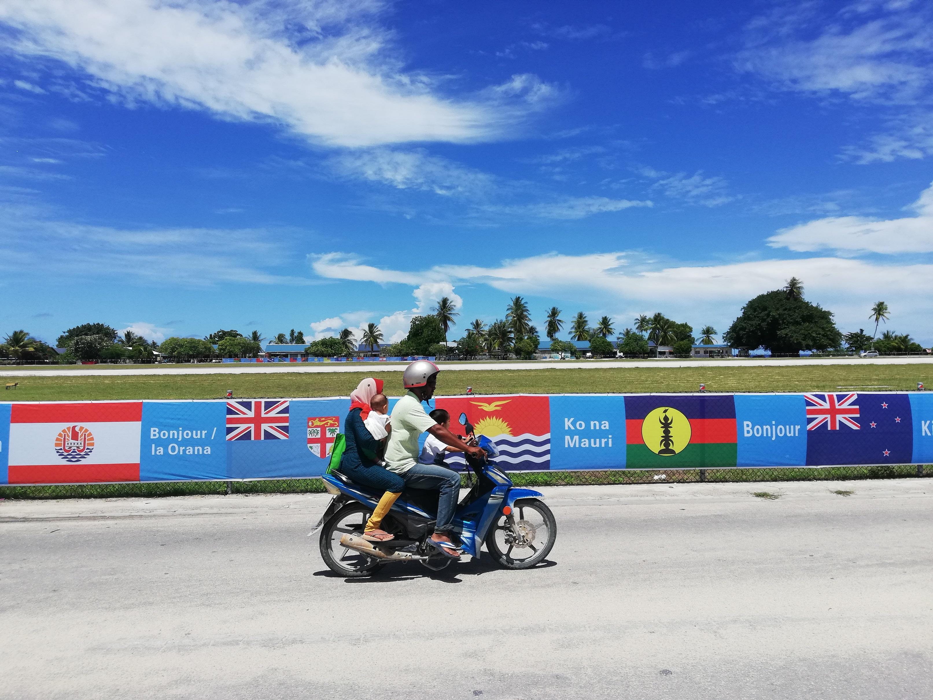 Sur les affiches du Forum qui ornent l'île de Nauru, le drapeau Kanak apparait seul ©Mike Leyral / TNTV