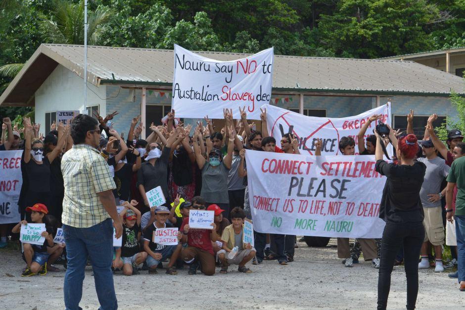 Des réfugiés parqués dans les camps australiens sur l'île de Nauru ont récemment manifesté pour dénoncer leurs conditions de vie ©ABC Australia