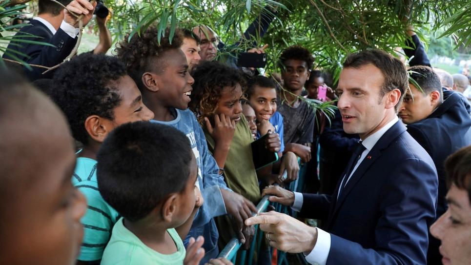 Emmanuel Macron visitant le quartier de Montravel en mai dernier ©AFP