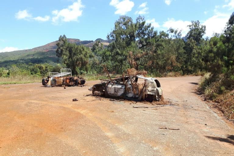 Des épaves de voitures bloquant la route d'accès à la mine de la société Le Nickel ©Claudine Wery / AFP