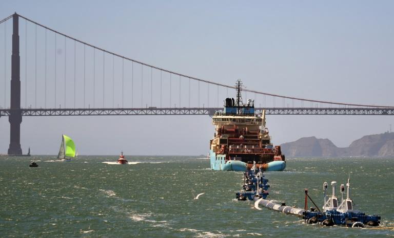 Le système 001 d'Ocean Cleanup est tiré vers le large dans la baie de San Francisco le 8 septembre 2018 ©Josh Edelson / AFP
