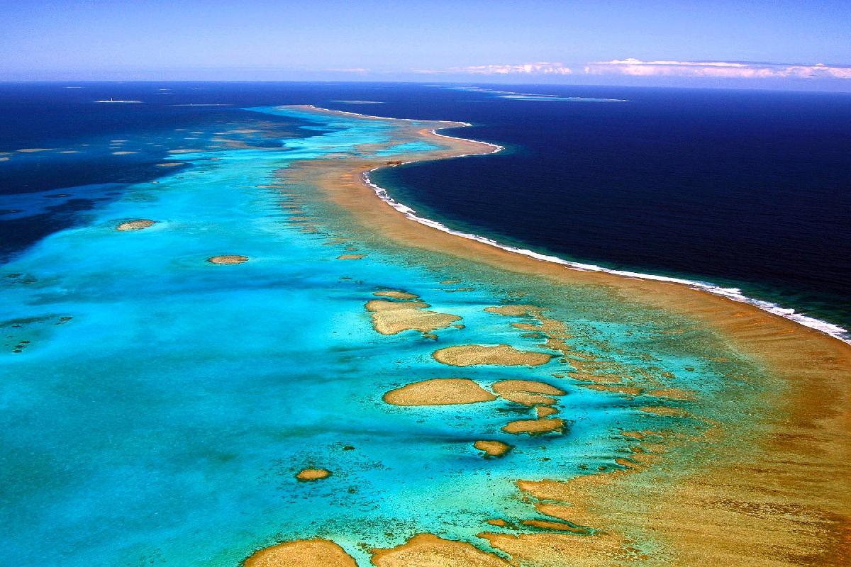 Les lagons de Nouvelle-Calédonie dans l'Océan Pacifique sont délimités par le plus long ensemble corallien continu du monde et à la seconde place en termes de superficie après la Grande barrière de corail le long de l'Australie ©AFP