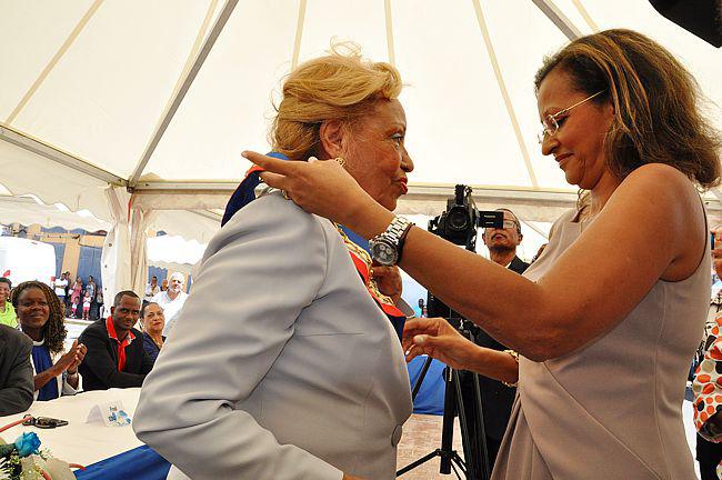 Marie-Luce Penchard qui habille de l'écharpe de maire Lucette Michaux-Chevry après l'élection municipales en mars 2014 © France-Antilles Guadeloupe