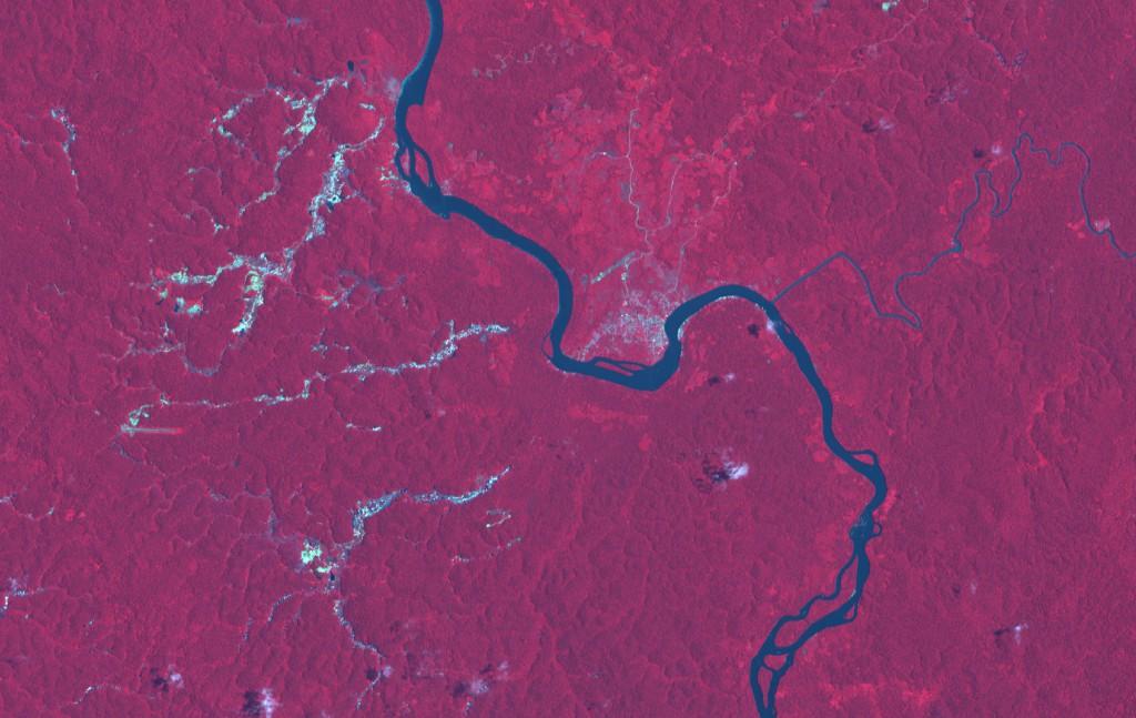 © SPOT Images Vue aérienne des impacts de la déforestation minière sur les sols et le lit des cours d'eau dans le bassin versant du Maroni (sept. 2011)