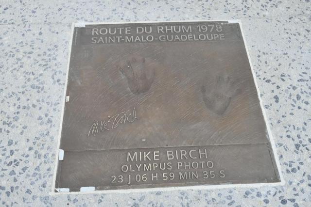 La plaque de Mike Birch, premier vainqueur de la Route du Rhum © Ville de Saint-Brieuc
