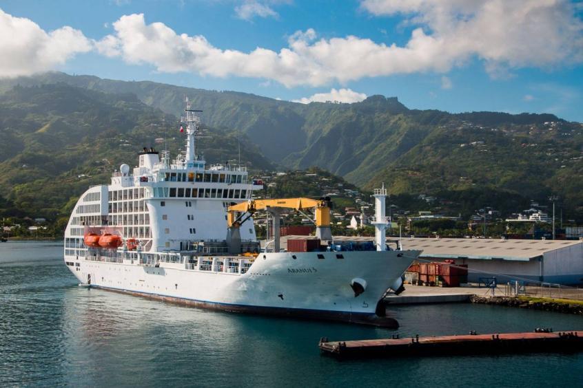 L'Arannui 5, cargo mixte, qui ravitaille les îles Marquises à l'extrême nord-est d cela Polynésie, tout en transportant passagers et croisiéristes ©CPTM