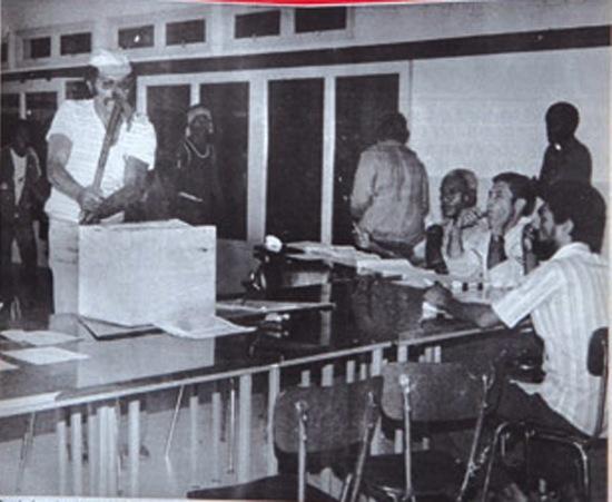 Eloi Machoro brisant une urne de Canala ©Les Nouvelles Calédoniennes (Archives)