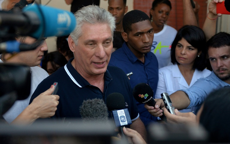 Le président cubain Miguel Diaz Canel parle à la presse après avoir voté ©Yamil Lage / AFP