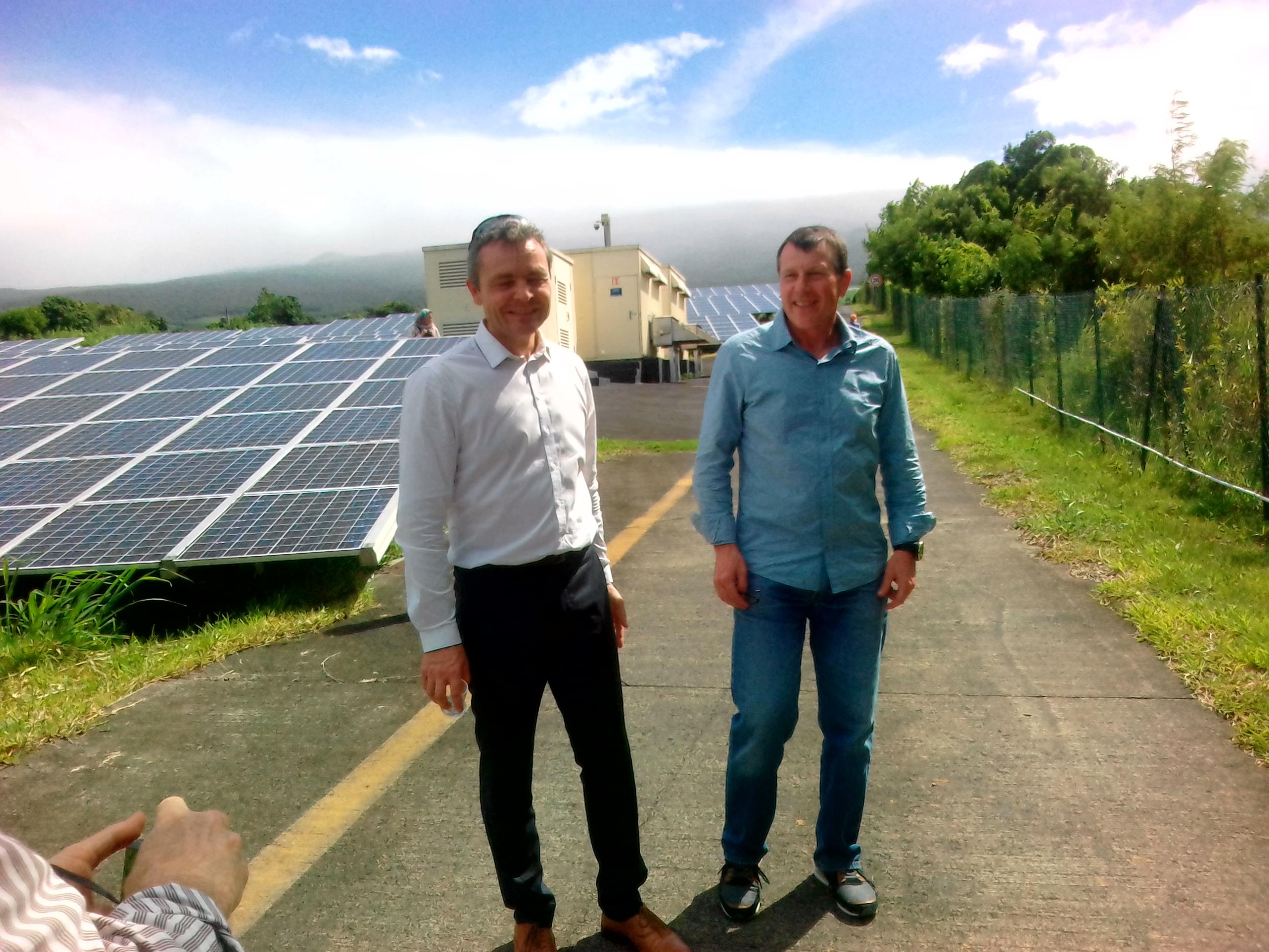 David Augeix (le Directeur Régional Sud et Outremer de RDF Renouvelable) et Jerôme Billerey, responsable DOM SER (syndicat des énergie renouvelables) sur la centrale de Saint-Rose ©EDF Renouvelables