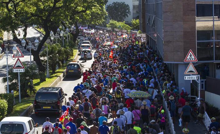 Début 2018, plusieurs milliers de manifestants défilaient dans les rues de Papeete pour protester contre la réforme des retraite. au point où Édouard Fritch décida de la reporter après les territoriales de 2018 en faisant de cette réforme un de ses thèmes de campagne ©Nicolas Perez / Radio 1 Tahiti