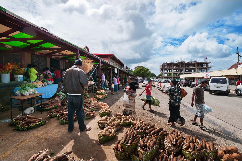 Une rue de Nuku'alofa, capitale des Tonga, avec son marché ©AFP