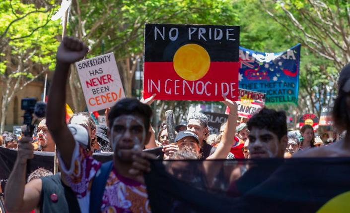 Le 26 janvier dernier, des Australiens ont manifesté à l'occasion de la fête nationale qu'ils dénoncent comme une fête de l'invasion ©Keystone / EPA AAP / Glenn Hunt