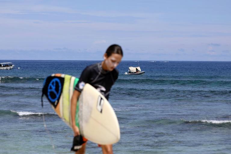 """Les surfeurs réinvestissent les eaux de La Réunion depuis l'instauration des """"vigies requins renforcées""""©AFP / Richard BOUHET"""