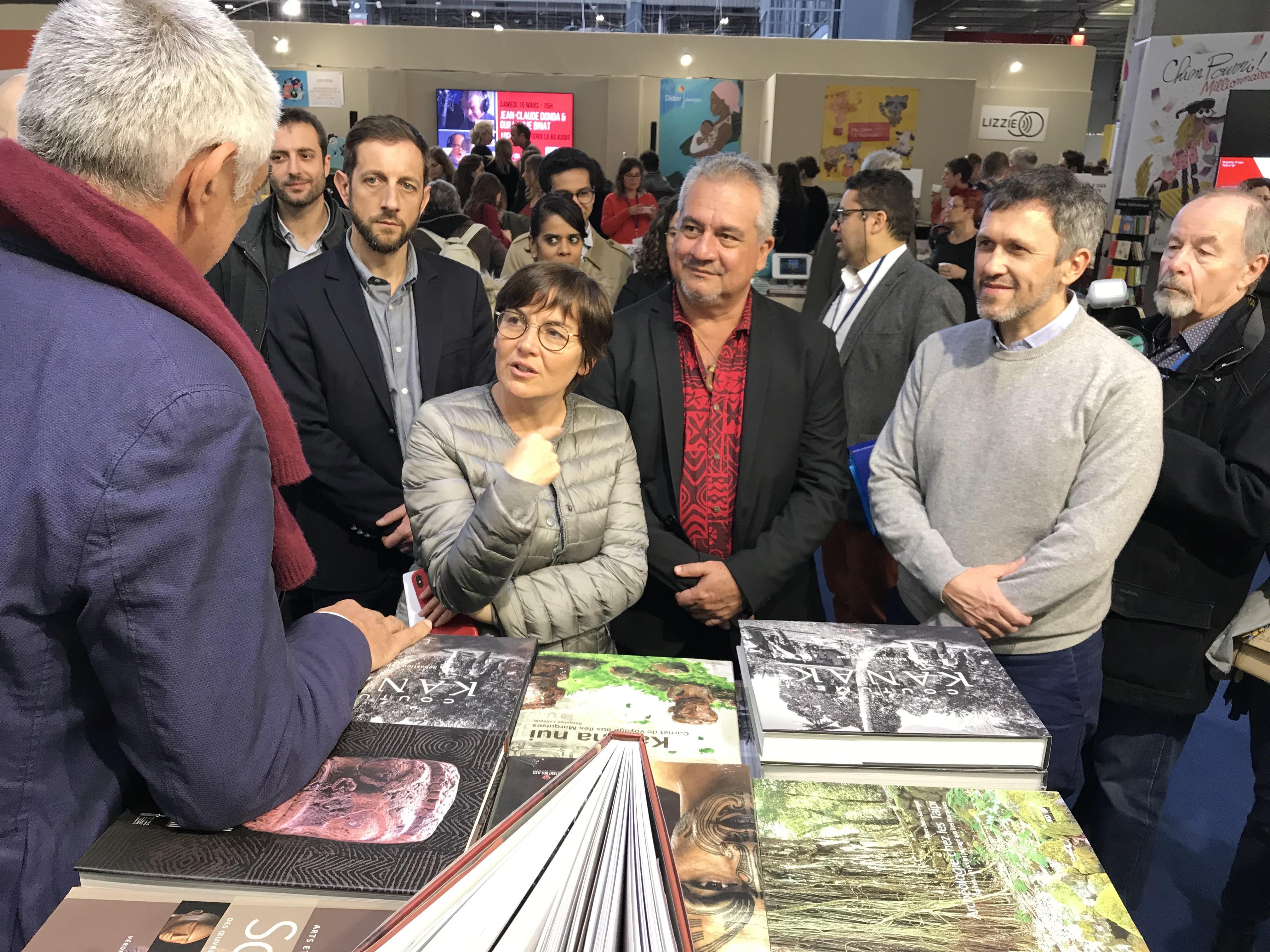 Le ministre de la Culture en Polynésie, au centre, s'est entretenu avec la ministre des Outre-mer au Livre Paris ©Outremers360