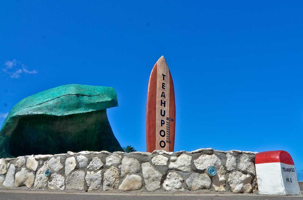 Le point kilométrique 0 et la sculpture rendant hommage à la vague de Teahupo'o ©Service du Tourisme de Polynésie