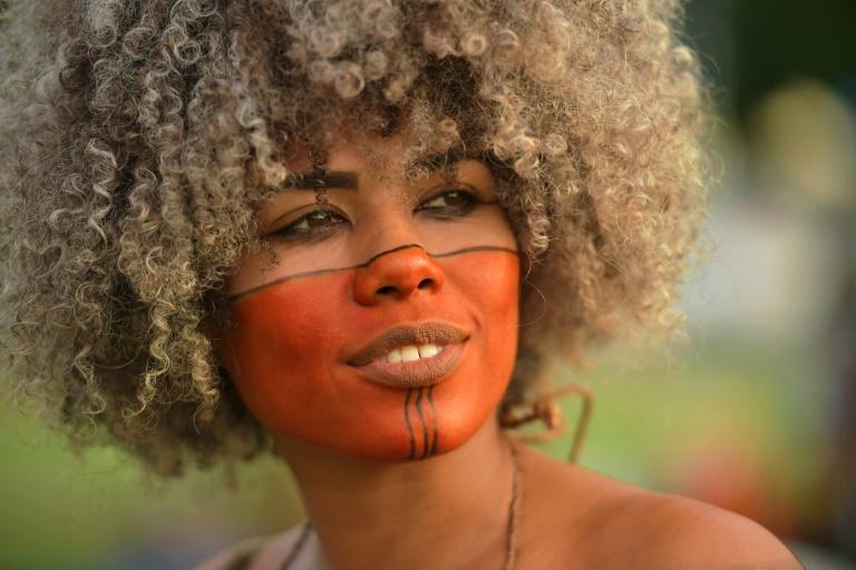 Une femme indigène du Brésil venue pour la mobilisation annuelle des tribus indigènes du pays ©AFP / Carl de Souza