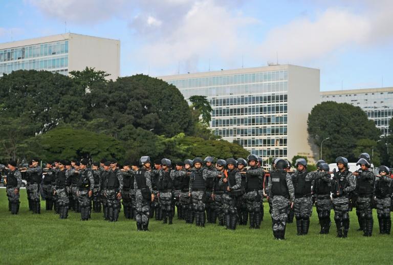 Des policiers brésiliens déployés à l'occasion du campement annuel des tribus indigènes du pays, devant le bâtiment du Congrès à Brasilia ©AFP / Carl de Souza