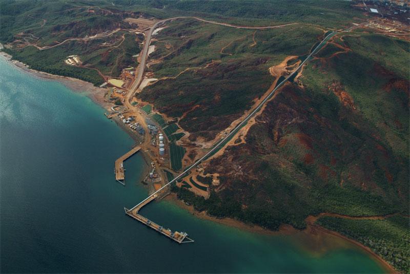 Le port de Vale NC, à Prony (sud de la Nouvelle-Calédonie) et son usine en haut à droite ©Vale NC