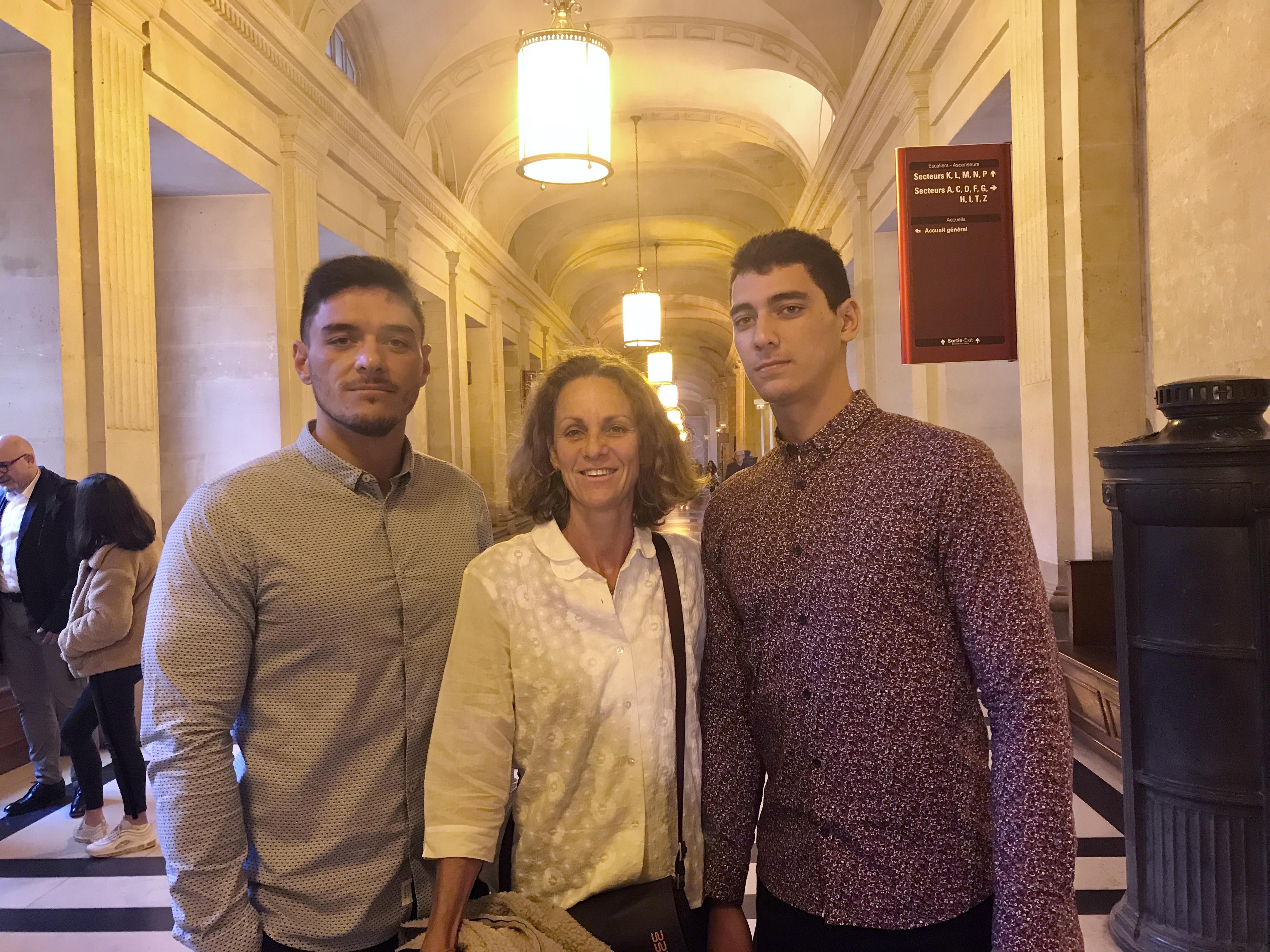 Teiha et Teheiura Stephenson, entourant Marie-Hélène Villierme, le 25 octobre dernier à Paris, lors du délibéré de la Cour de Cassation ©Outremers360