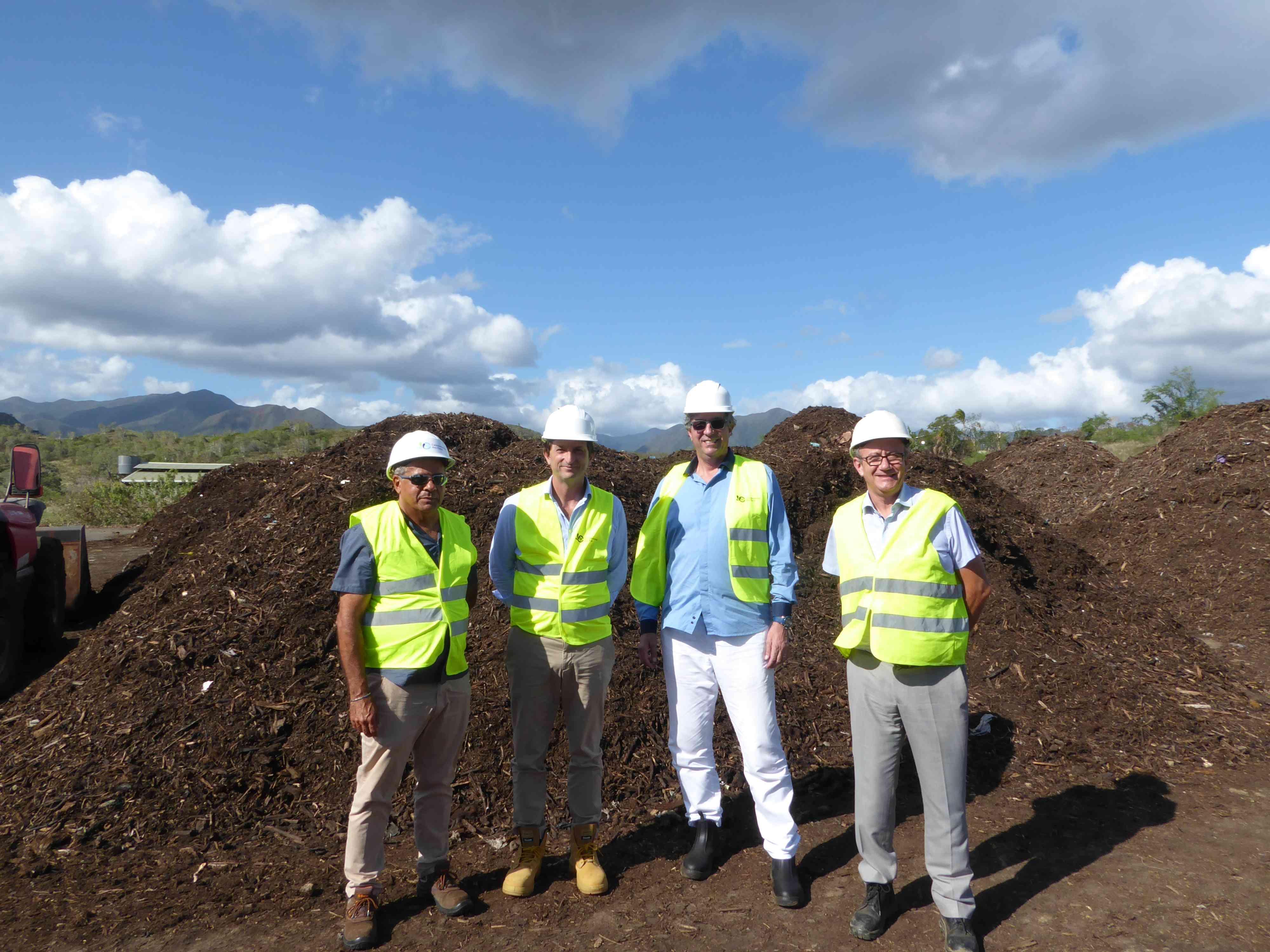 Bertrand Camus sur la plateforme de compostage de Karenga à Nakutakoin en Nouvelle- Calédonie avec les équipes de la Calédonienne des Eaux ©CDE