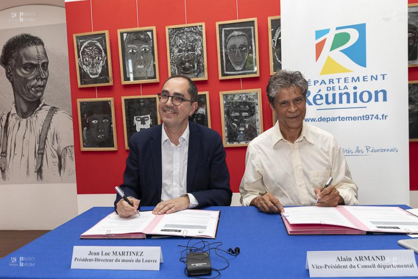Alain Armand Vice-président du Département, représentant le Président Cyrille Melchior, et Jean-Luc MARTINEZ, Président-Directeur du musée du Louvre, ont signé ce vendredi 7 juin au musée de Villèle