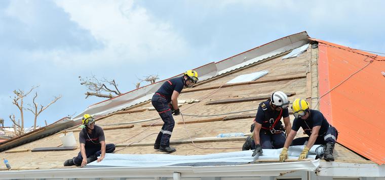 Des pompiers aident à la reconstruction à Saint-Martin, après Irma ©Ministère de l'Intérieur
