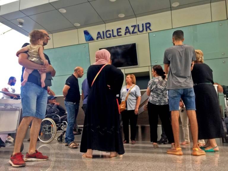 Des passagers bloqués au comptoir Aigle Azur de l'aéroport d'Alger ©Stringer / AFP