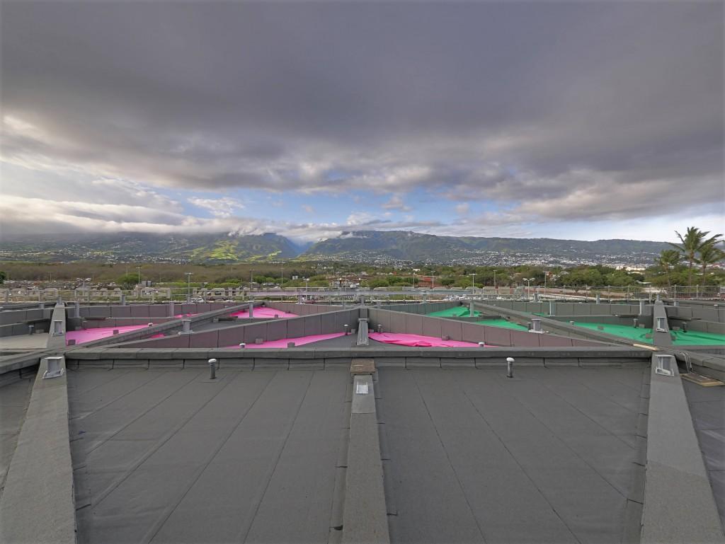 installation d'une centrale photovoltaïque sur le toit de l'aérogare passagers de l'aéroport Réunion © Hervé Douris