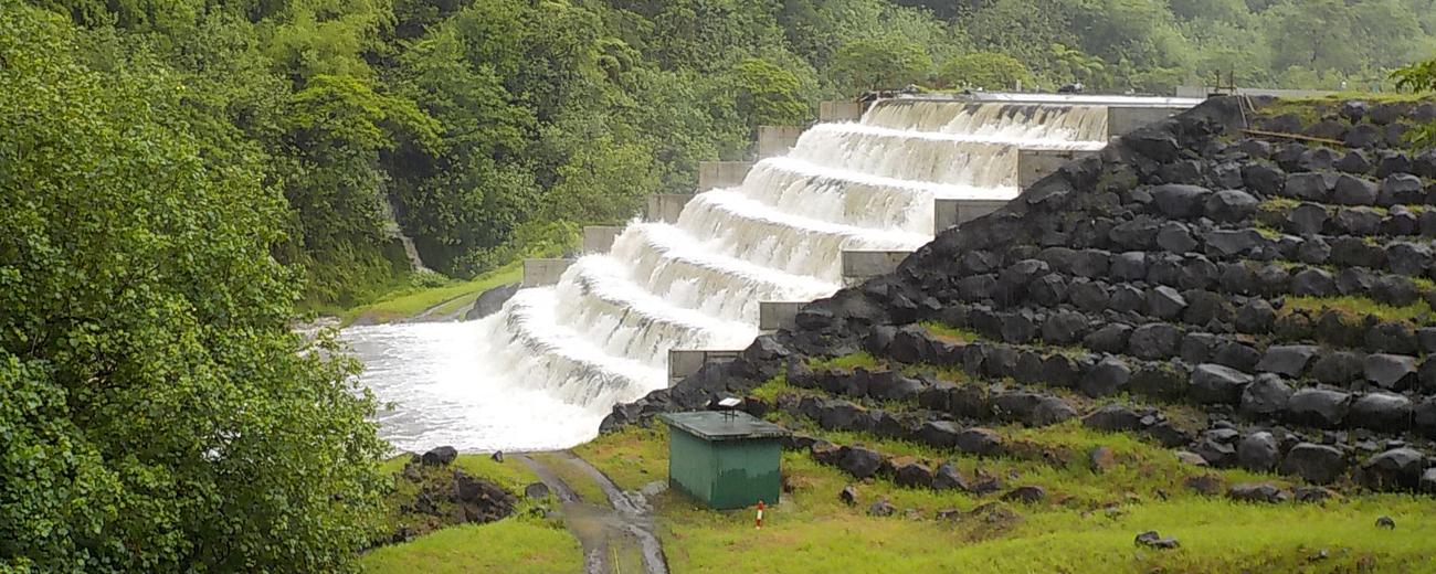 Barrage hydraulique dans une vallée de Tahiti (illustration)