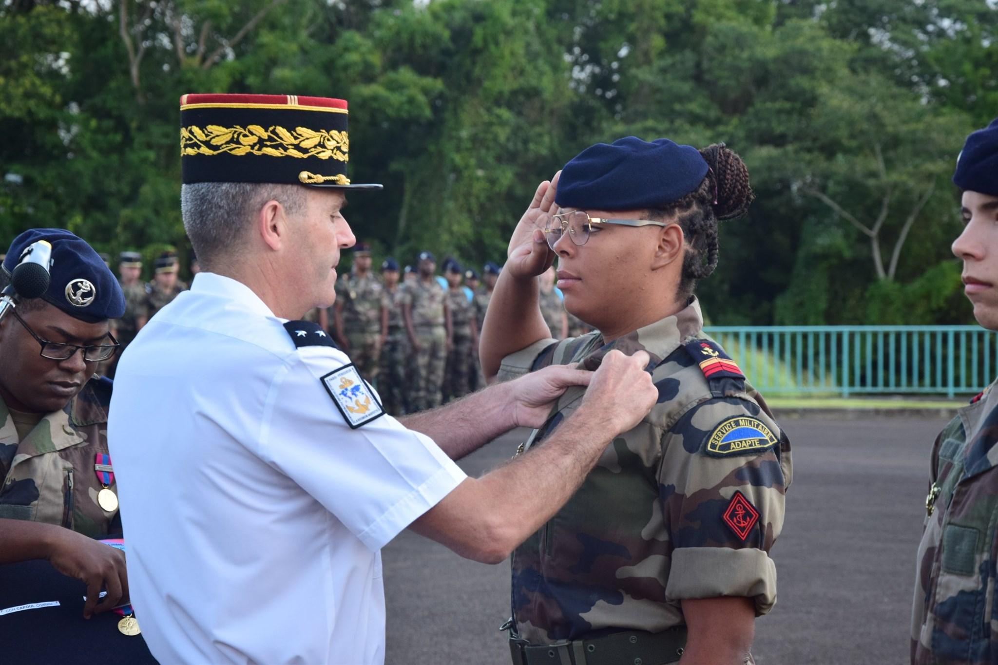 Le Général Thierry Laval remet une médaille de la Défense nationale à une volontaire stagiaire du RSMA de la Martinique ©DR – RSMA de la Martinique – Janvier 2020