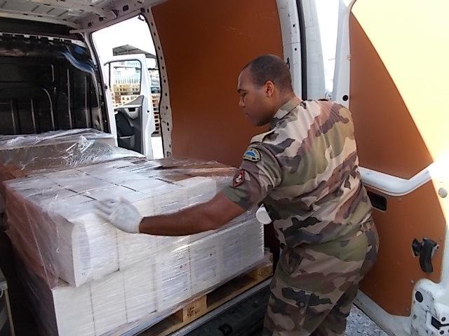 Le RSMA de la Martinique fournit un soutien logistique dans le cadre de la distribution de masque et de solution hydro alcoolique, en fonction des besoins identifiés par la Préfecture et l'ARS © RSMA de la Martinique – avril 2020