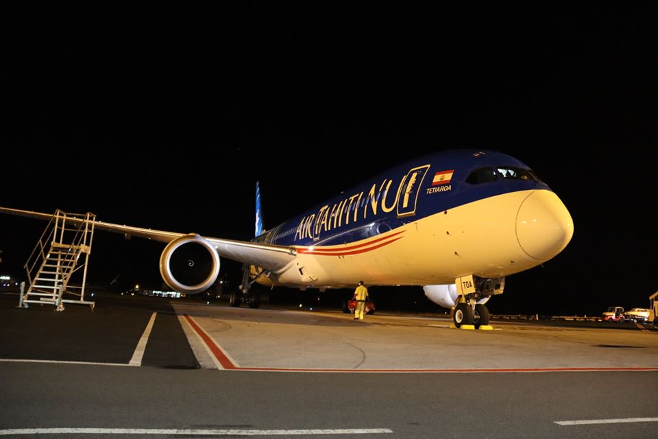 Air Tahiti Nui a été choisie par l'État pour maintenir un cordon ombilical entre la Collectivité et Paris. Ici, Le premier vol de continuité territoriale de retour à Tahiti le 12 avril ©Haut-commissariat de la République