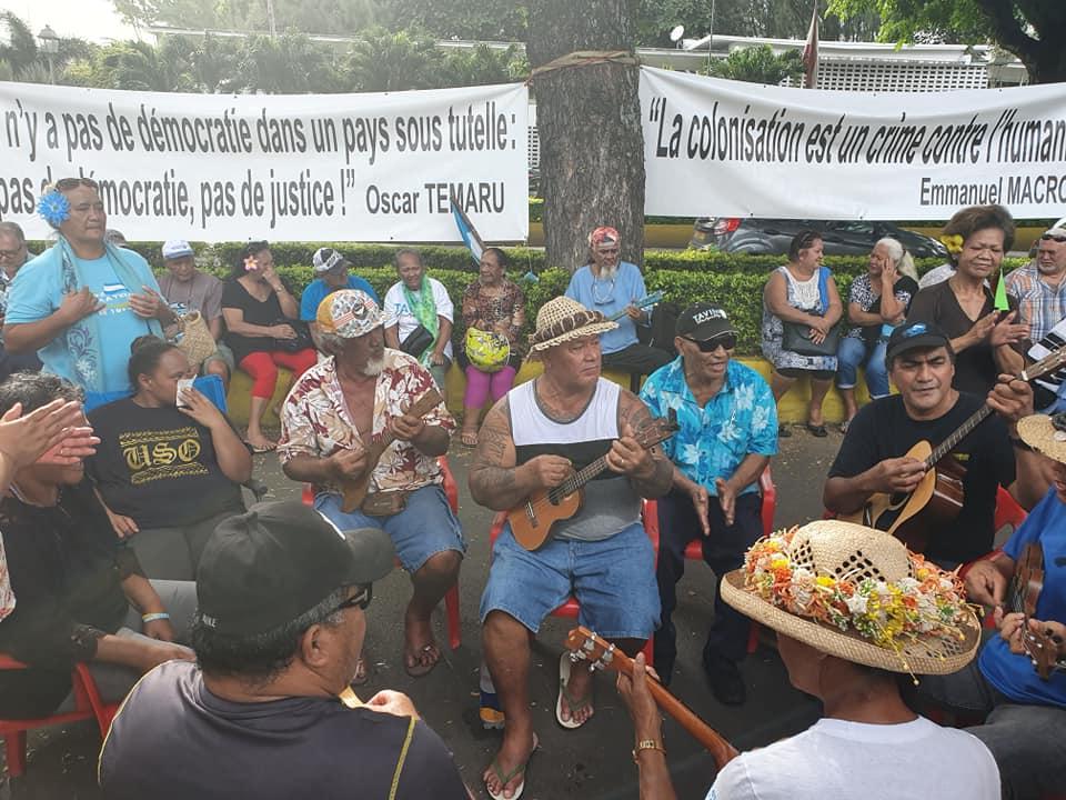 Depuis le 8 juin, les militants indépendantistes sont rassemblés devant les grilles du palais de Justice de Papeete pour soutenir leur leader ©Facebook / Valentina Hina Cross