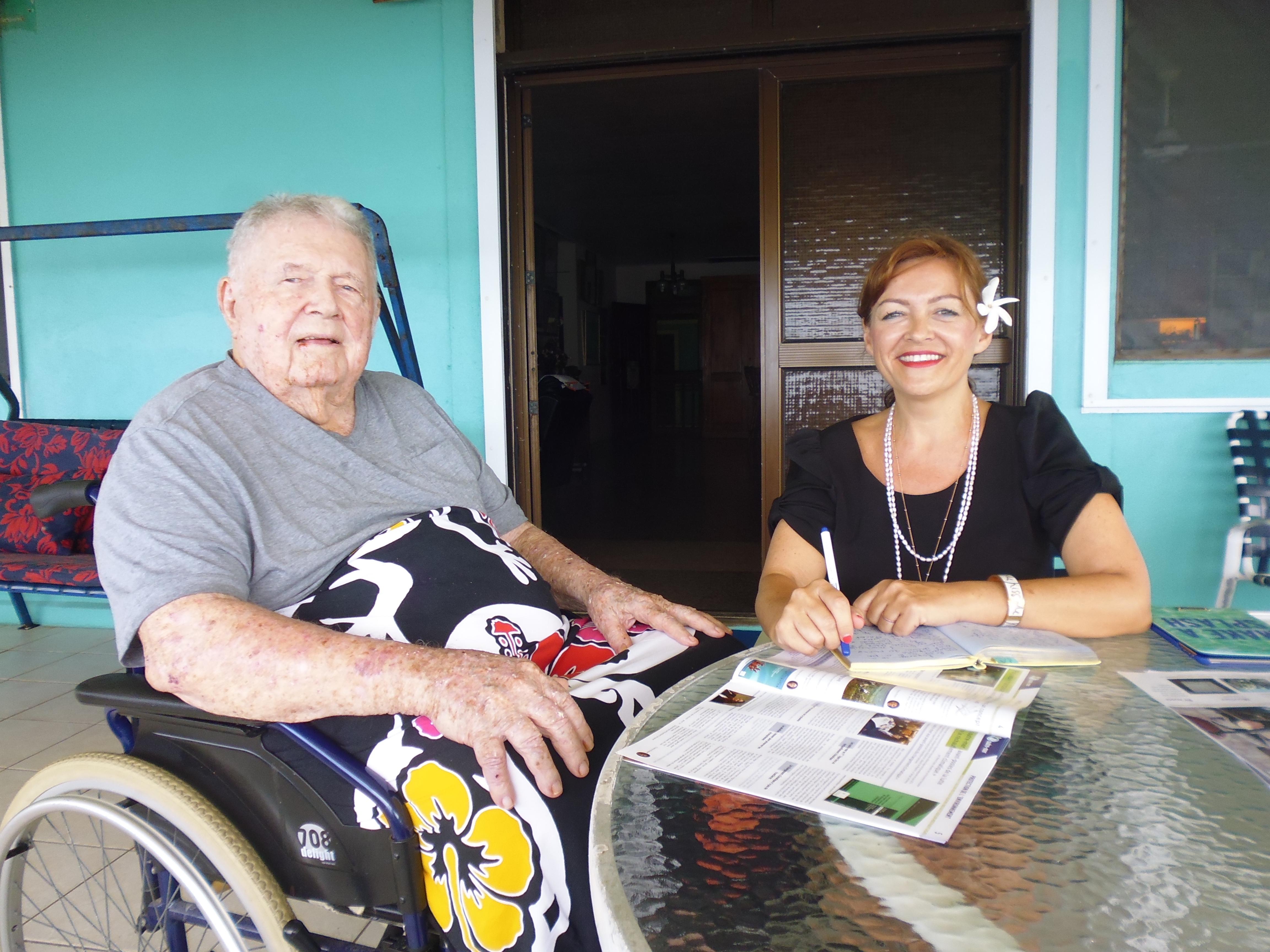 À Papara, Polynésie française, en septembre 2016, Guy Brault †, engagé dans les Forces Navales de la France libre, et Titania Redon, directrice de la rédaction du magazine Itinéraires d'outre-mer, descendante de cinq anciens combattants polynésiens