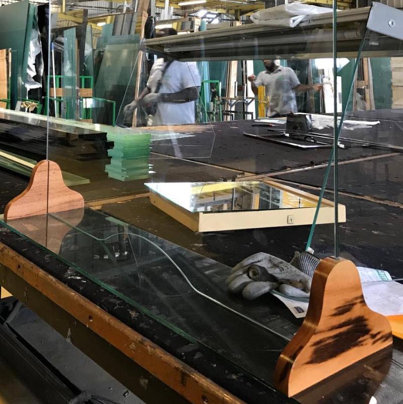 L'entreprise martiniquaise Samir Miroiterie a développé une gamme de protections en verre anti-covid