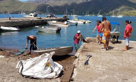 Polynésie : Des bénévoles nettoient le littoral de l'île de Nuku Hiva