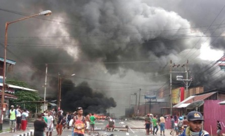 Des émeutes éclatent en Papouasie occidentale, un parlement régional incendié